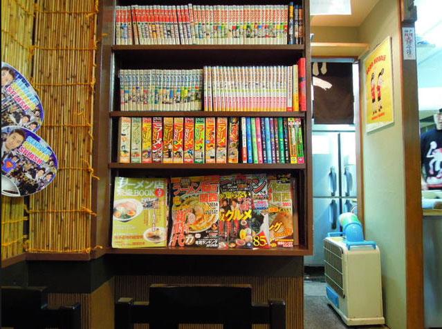 本棚には漫画が置いてあります