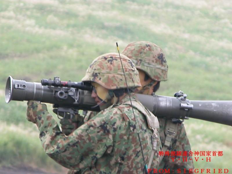 84mm無反動砲を構えた射手と装填手 その2