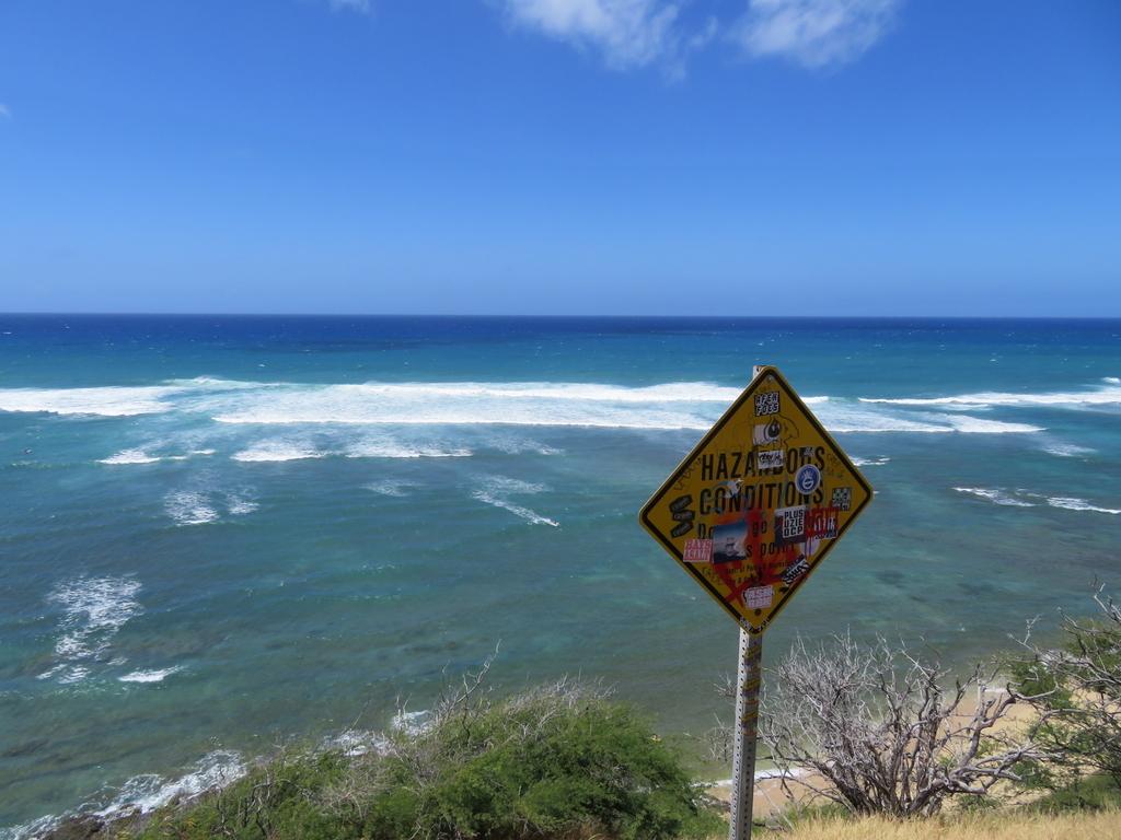 ハワイの海。すぐ下は崖