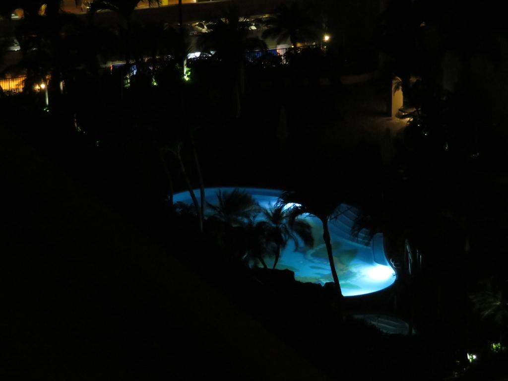 夜はプールがライトアップされている