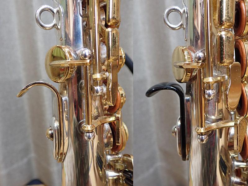 ソプラノ用サムフック(左:ブラス製、右:純正)