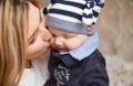 赤ちゃんお母さんキス