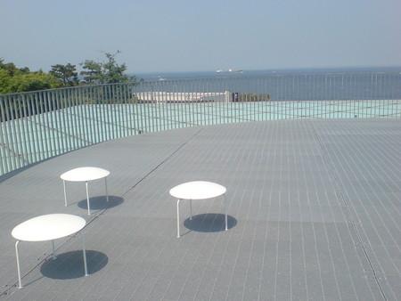 横須賀美術館屋上とイス