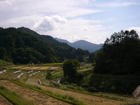 諏訪神社脇から新倉山、虫倉山の眺め