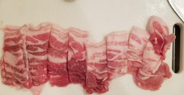 豚肉を2~3cm幅に切る