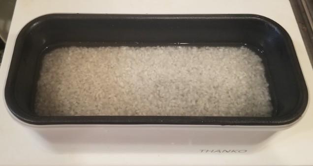 おひとりさま用超高速弁当箱炊飯器に水を入れる