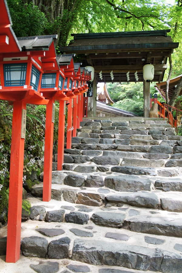 貴船神社の階段と灯篭