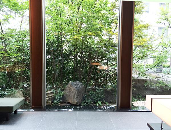 庭のホテルのエントランス