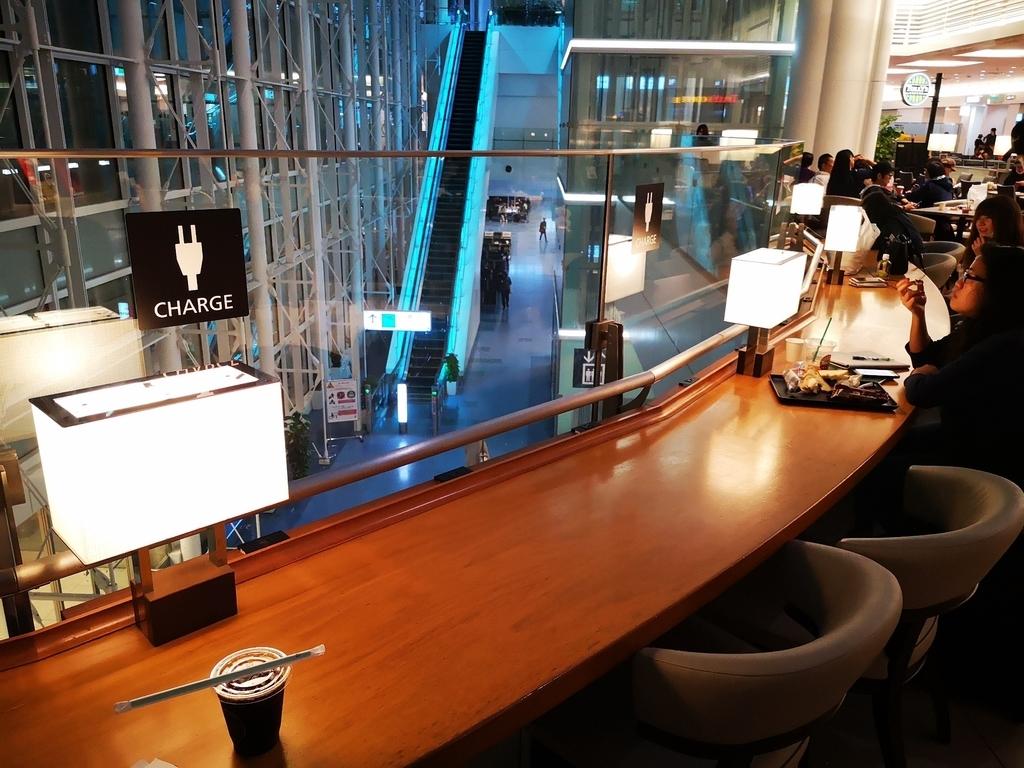 羽田空港のタリーズコーヒーの電源