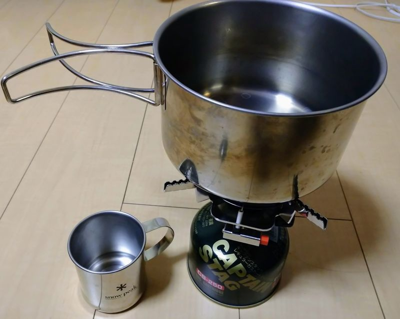 ガスボンベと鍋