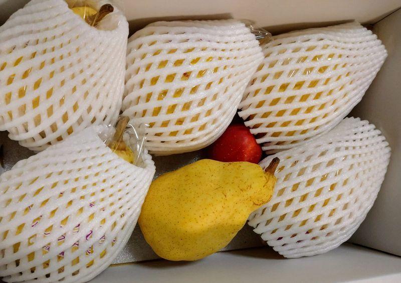 箱を開けるとリンゴとル レクチェ