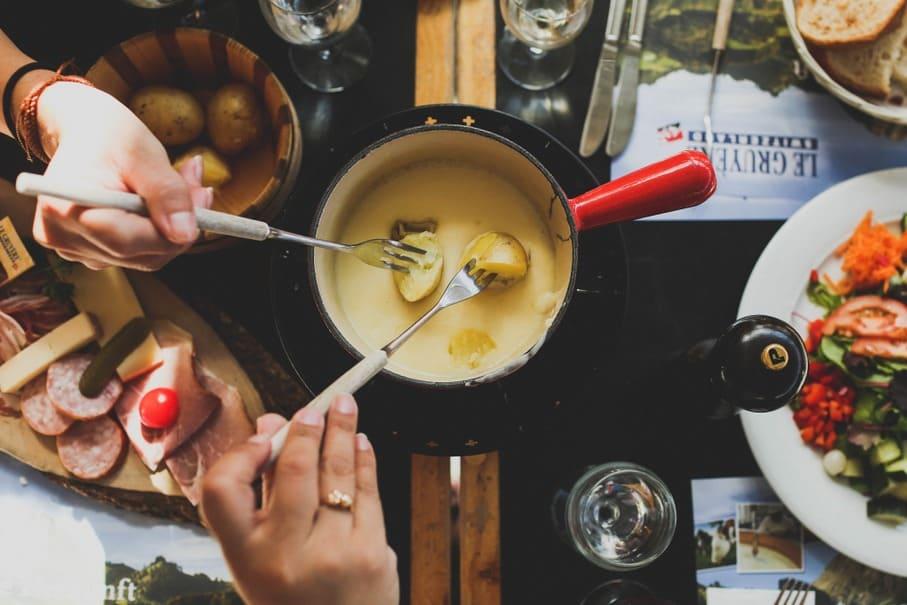 日本ではパーティーに欠かせないチーズフォンデュ、本場では素朴な家庭料理だった