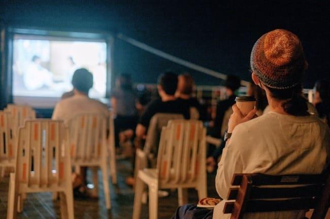 コーヒー牛乳を片手に野外で名作鑑賞!映画と銭湯がコラボレージョンしたイベントが開催!