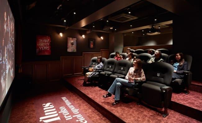 大好きな映画と一緒に毎日過ごせる!映画館さながらのシアタールーム設備があるアパートメントが登場!