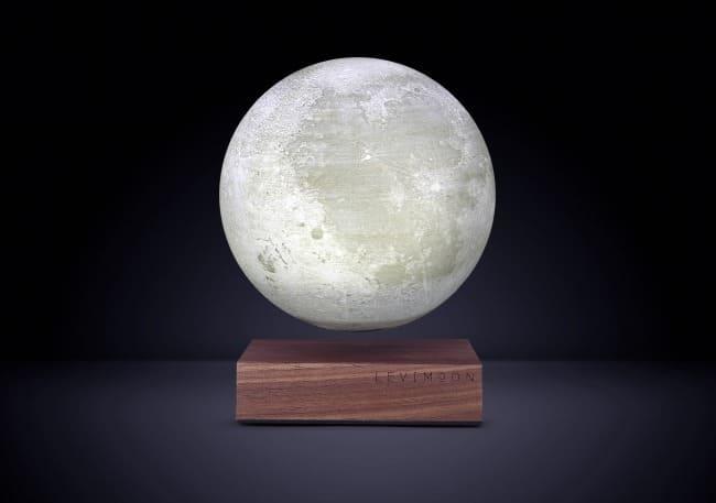 寝る前に月を見て癒されよう!世界初の浮遊する月型ランプ「Levimoon」が登場