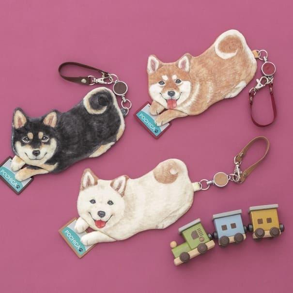 まるでバッグの中に飼っているかのよう!?可愛い柴犬がプリントされたパスケースが販売開始