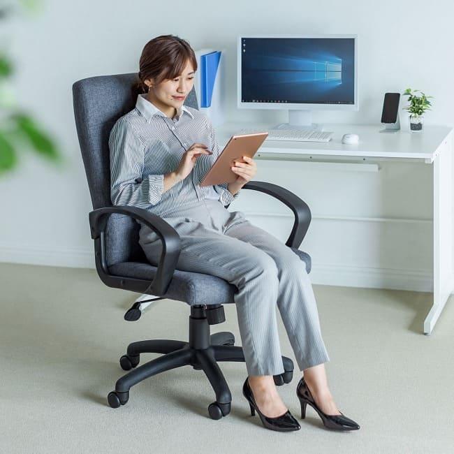 ゆったりと背中を預けてリラックス 心地いい肌触りで気持ちよく座れるハイバックチェア