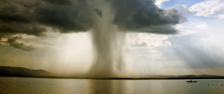 風が吹けば桶屋がもうかる。では、台風が来るともうかる企業は…?