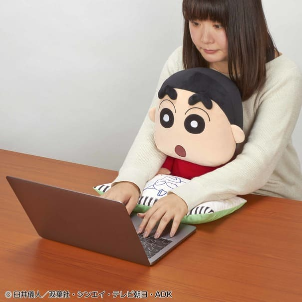ぎゅっと抱きしめたくなる!デスクワークにぴったりな「クレヨンしんちゃん」PCクッション