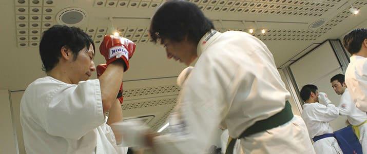 「心と体を覚醒せよ!」空手の師範、小井泰三さんに学ぶビジネススキル!