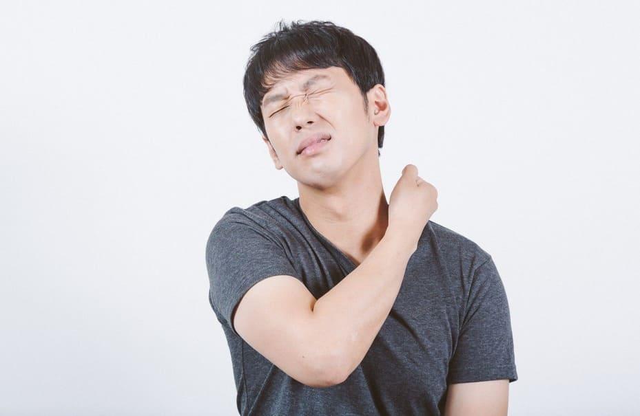 辛い首・肩まわりの痛みを解消したい…!オフィスでも簡単に使える&試せるケア方法