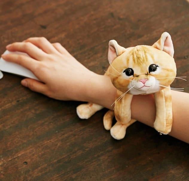 可愛い子猫がパソコン作業をサポート!もっちり触感で癒される子猫型アームレストが登場