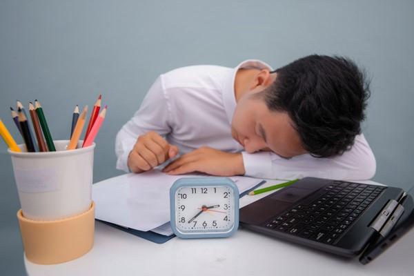 睡眠のプロに聞いた! 仕事中の眠気を解消する5つの小ワザ