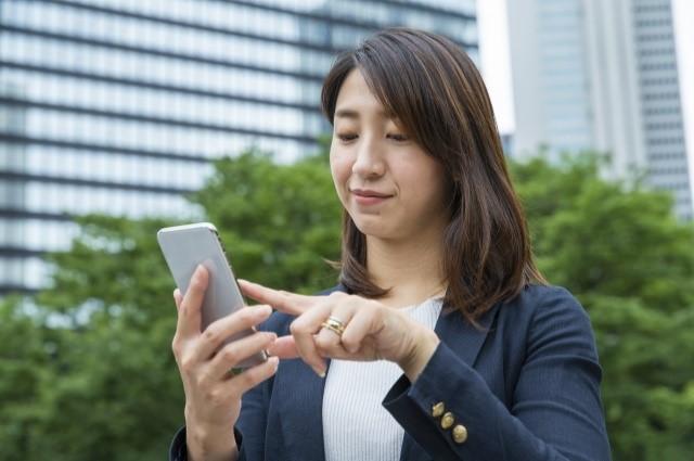 社内のコミュニケーションでLINEを使うコツ!「返報性の法則」と「メラビアンの法則」で好感度アップ
