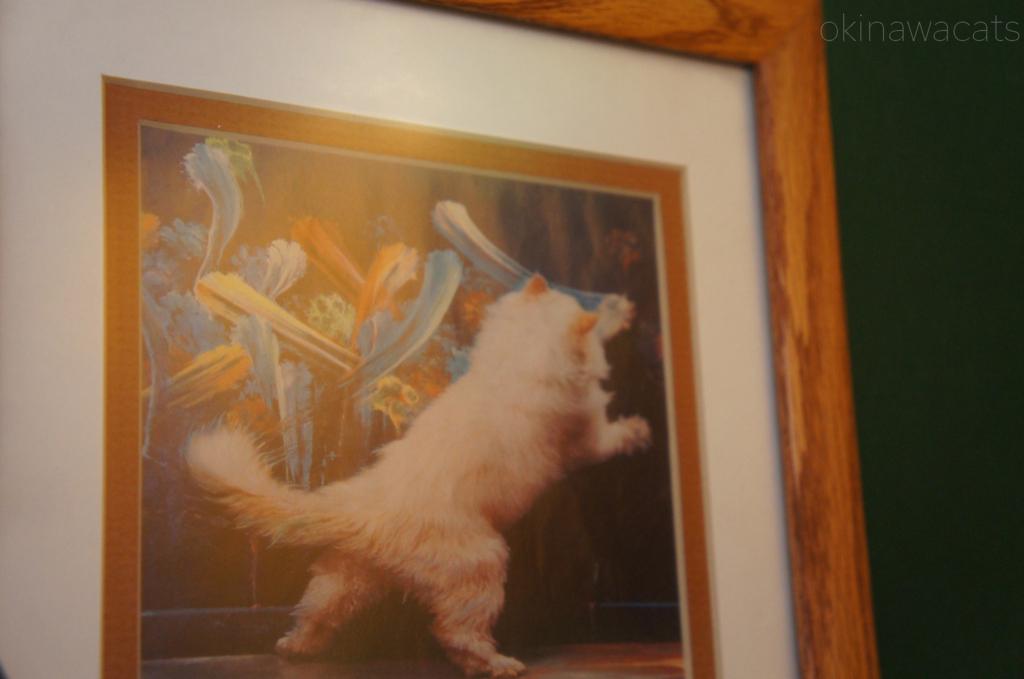 絵を書く猫の後ろ姿です