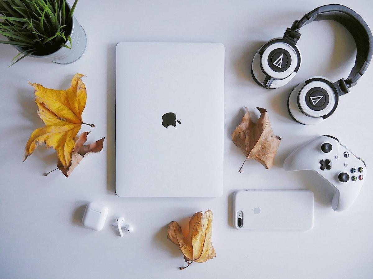 MacBookと機器イメージ
