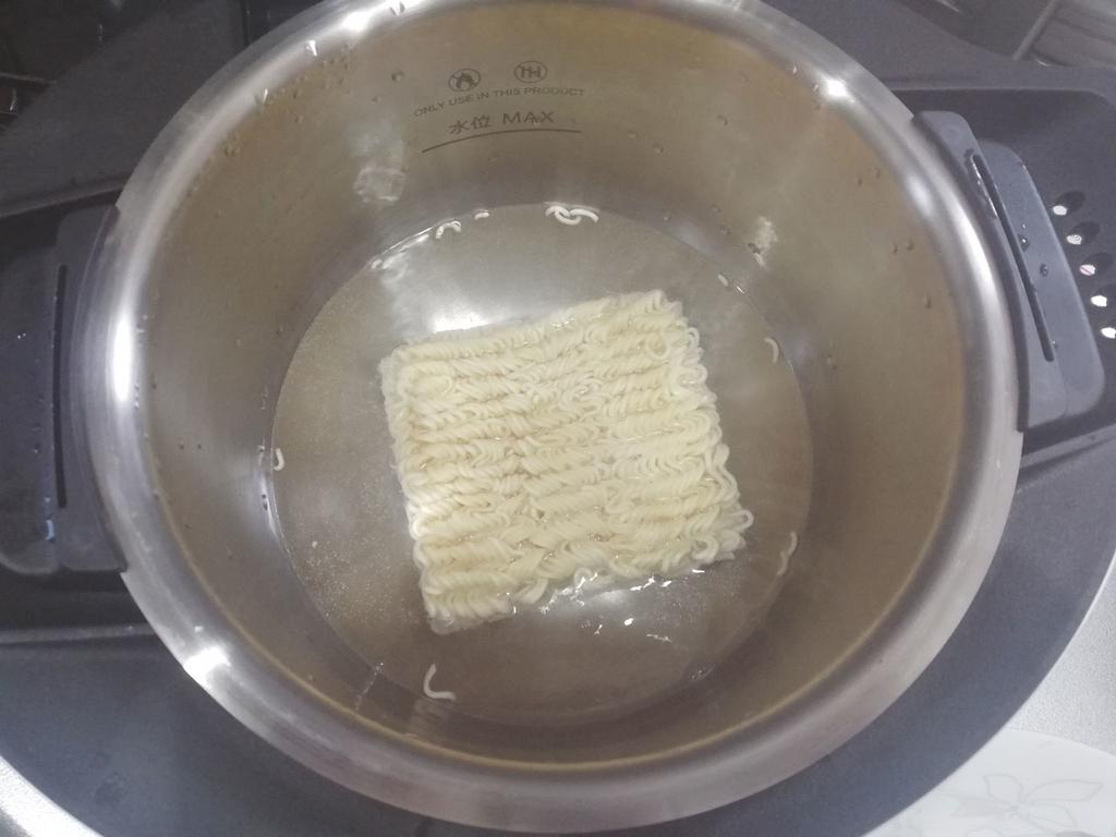 ホットクックにインスタント麺を入れる