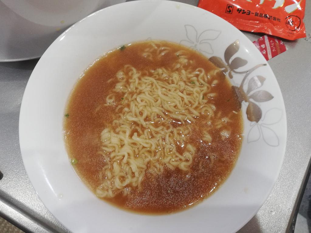 器に盛り付けたインスタント麺