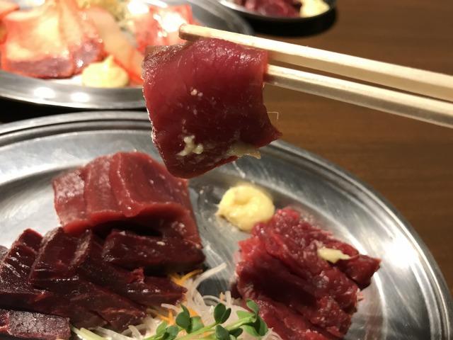 鯨の刺身がこんなに美味しいとは…!鯨肉を使った料理の数々が安くて旨い梅田「くじらや」に感激した