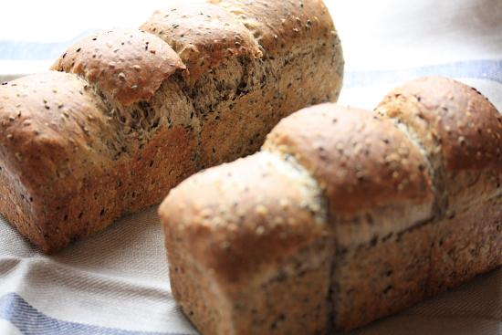 手ごねで焼いた3つ山と4つ山のゴマのミニ食パン