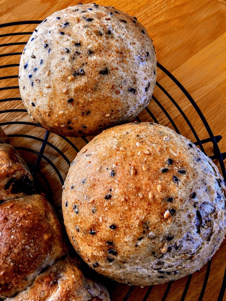 国産小麦で焼いたセサミパン