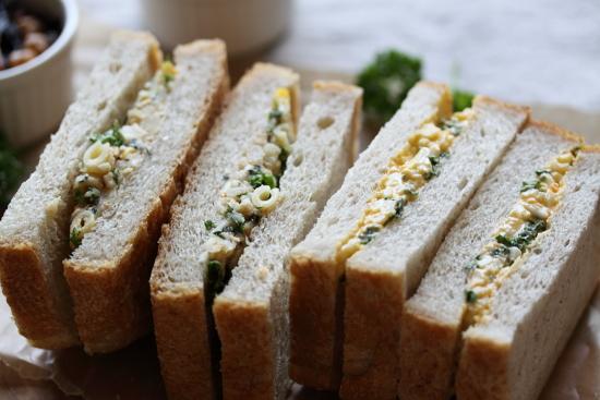 パセリ入りポテトサラダのサンドイッチ