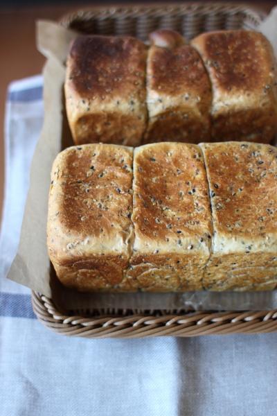 手作りのゴマの角食パン