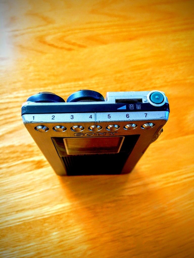 SONYのラジオ電源、音量の調節、放送局の選択を行う箇所