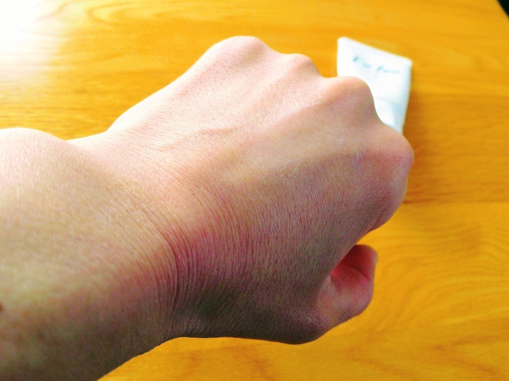 日焼け止めを塗った手