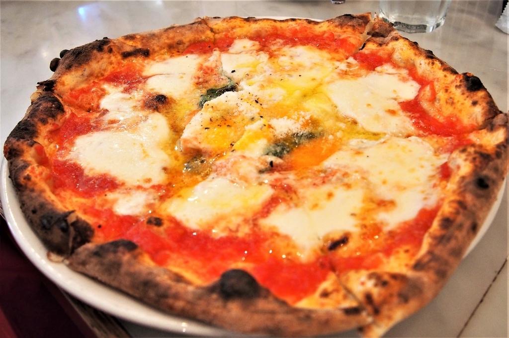 焼き立てピッツァ、マルゲリータコッカ