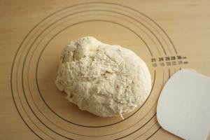 こね台上のパンの生地とドレッジ