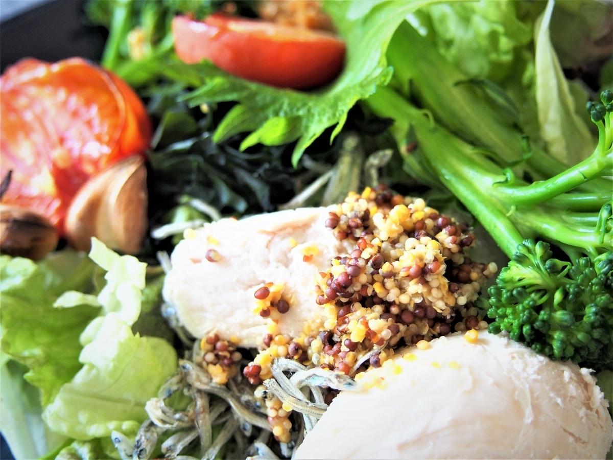 グリーンサラダと自家製粗挽き粒マスタード
