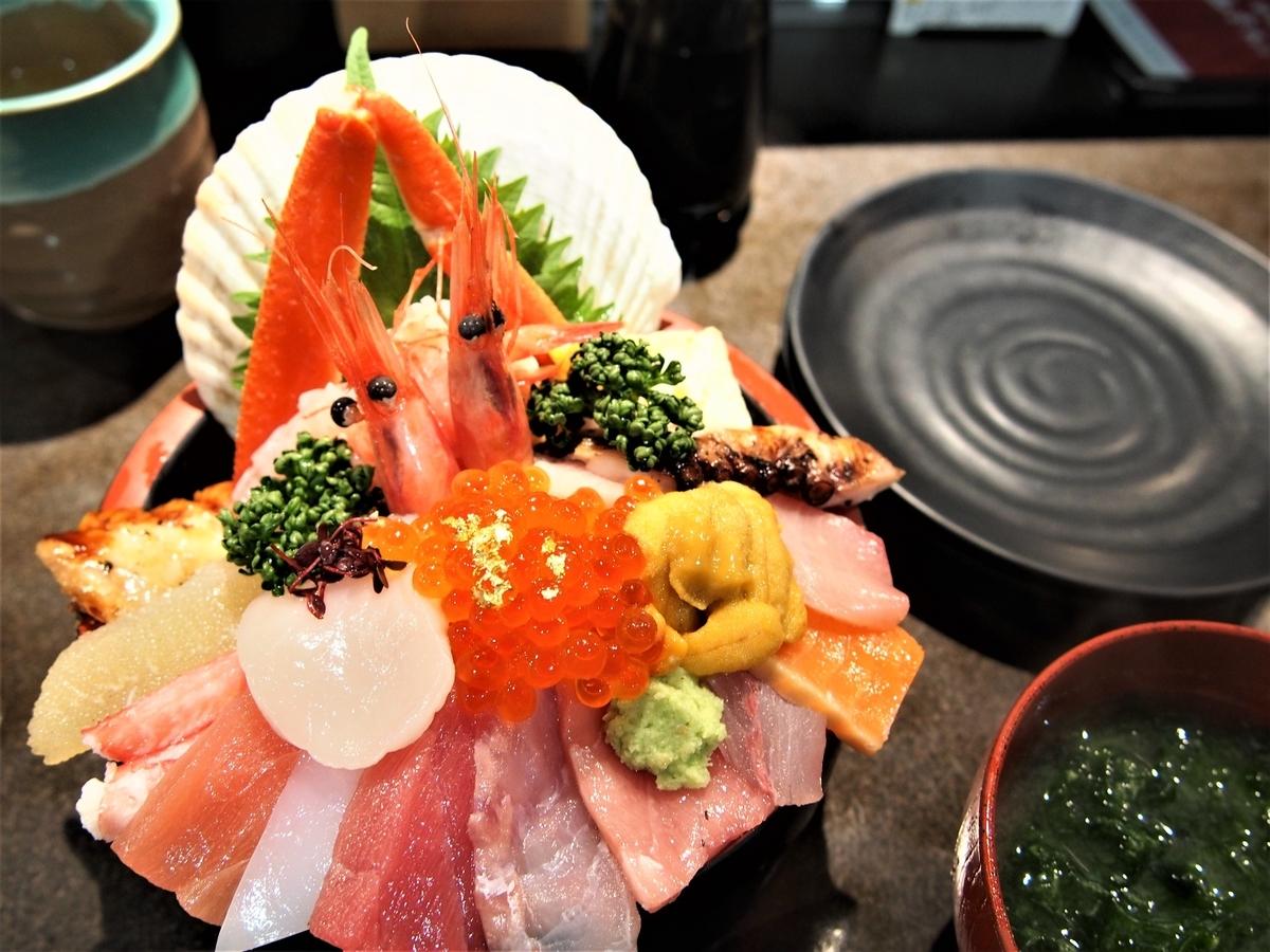 近江町市場の豪華な海鮮丼とみそ汁