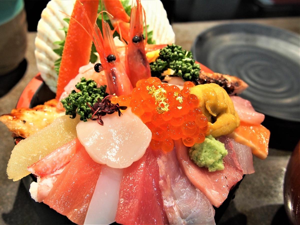 18種類のネタが乗った海鮮丼