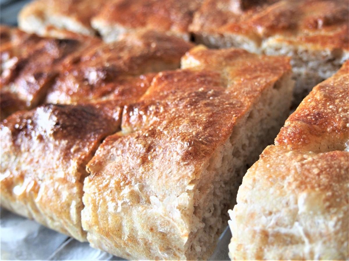 全粒粉配合のパンをカット