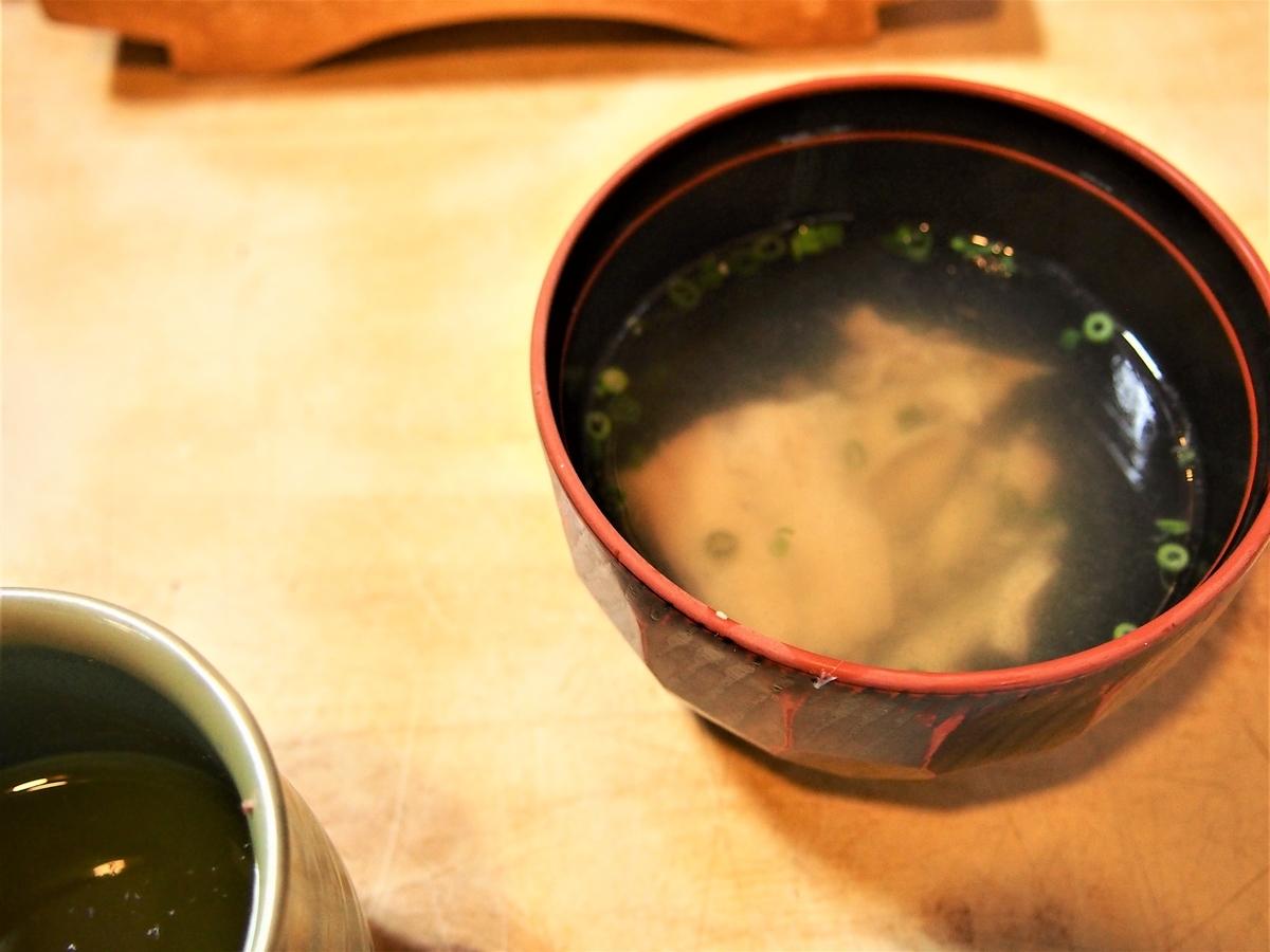 ランチタイムの寿司屋のあら汁