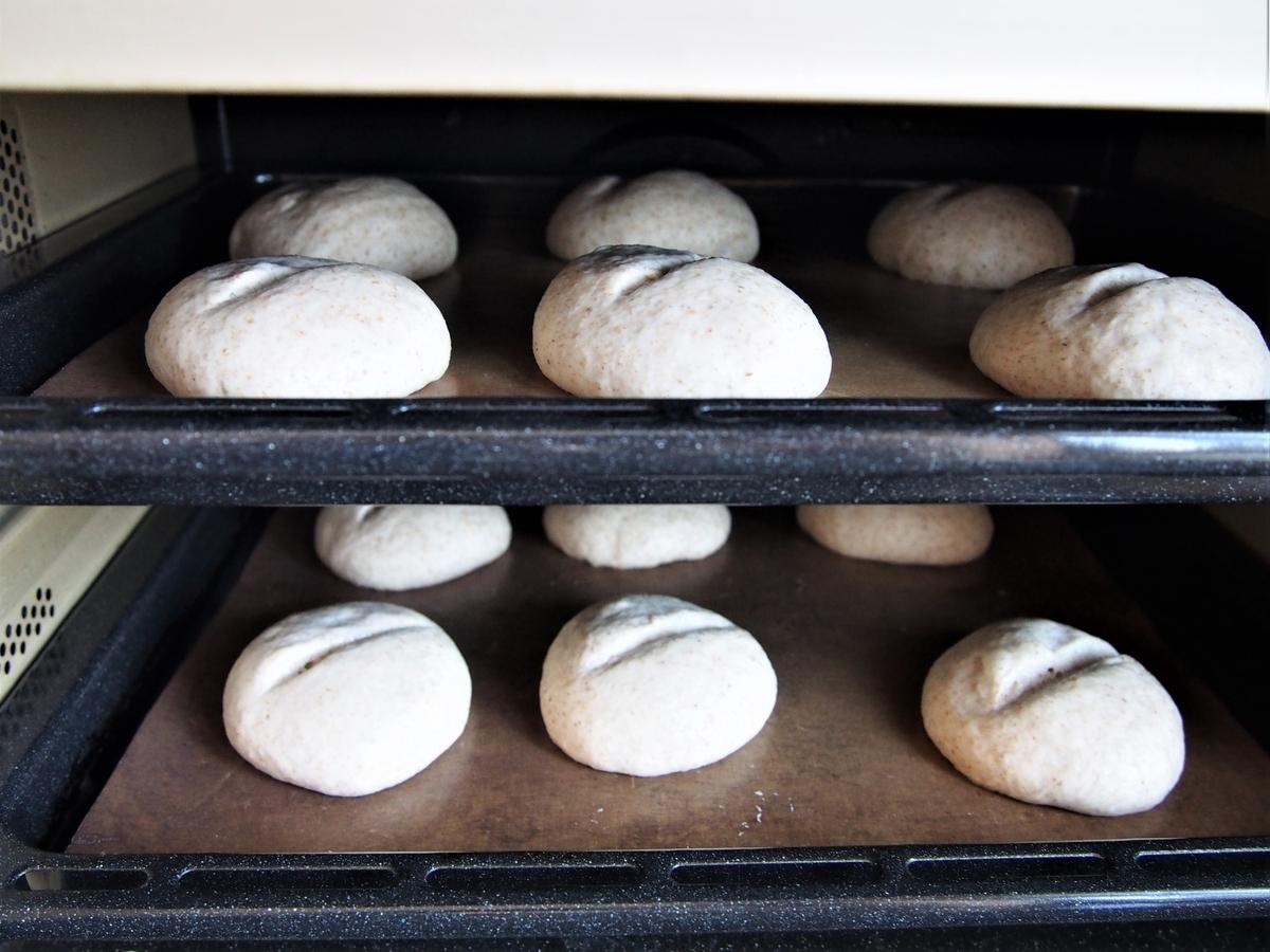 クープを入れたパン生地を窯入れするところ