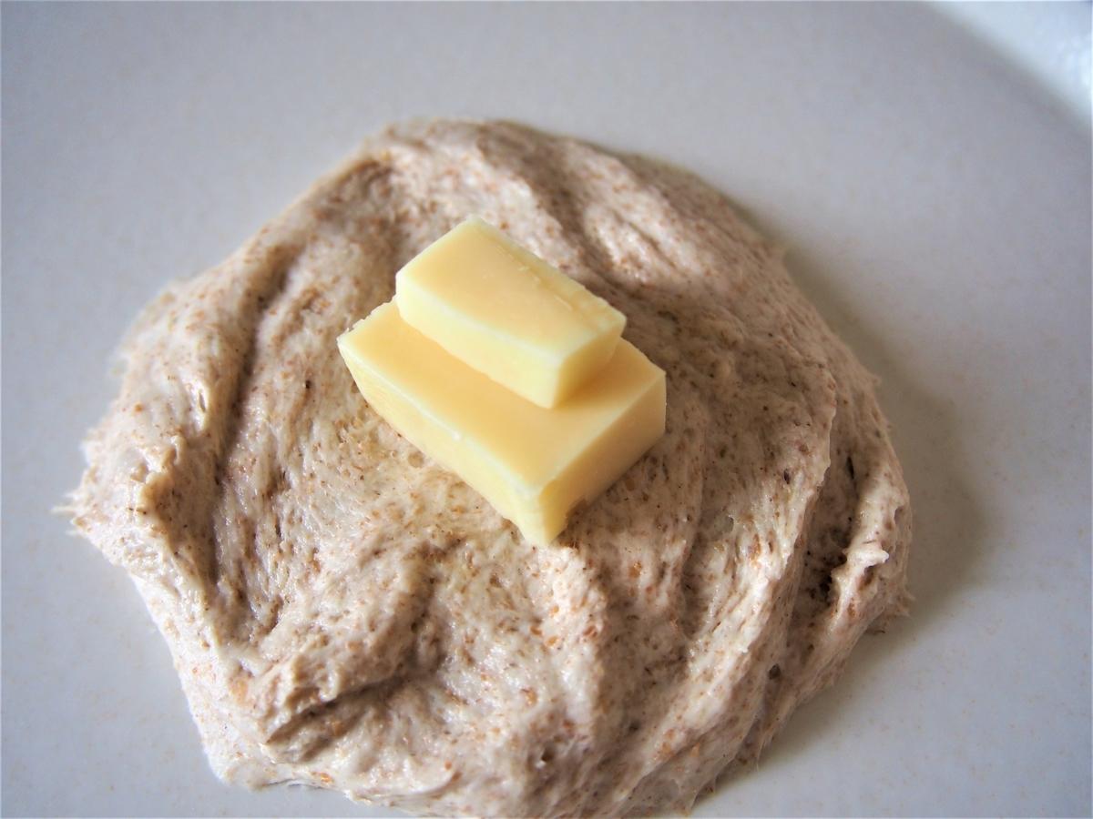 ライ麦のパン生地にゴーダチーズを包むところ