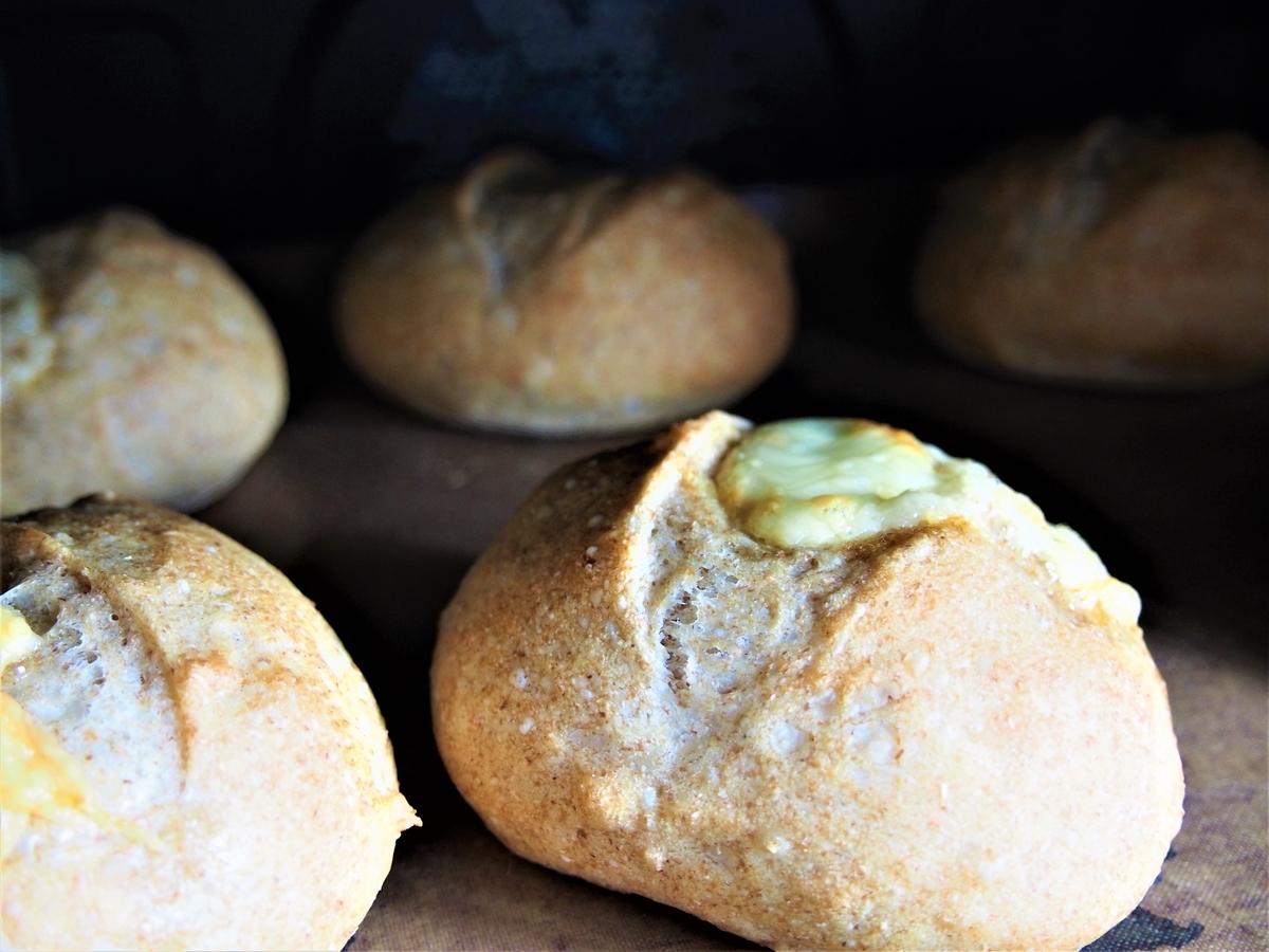 オーブン庫内の焼き立てパン