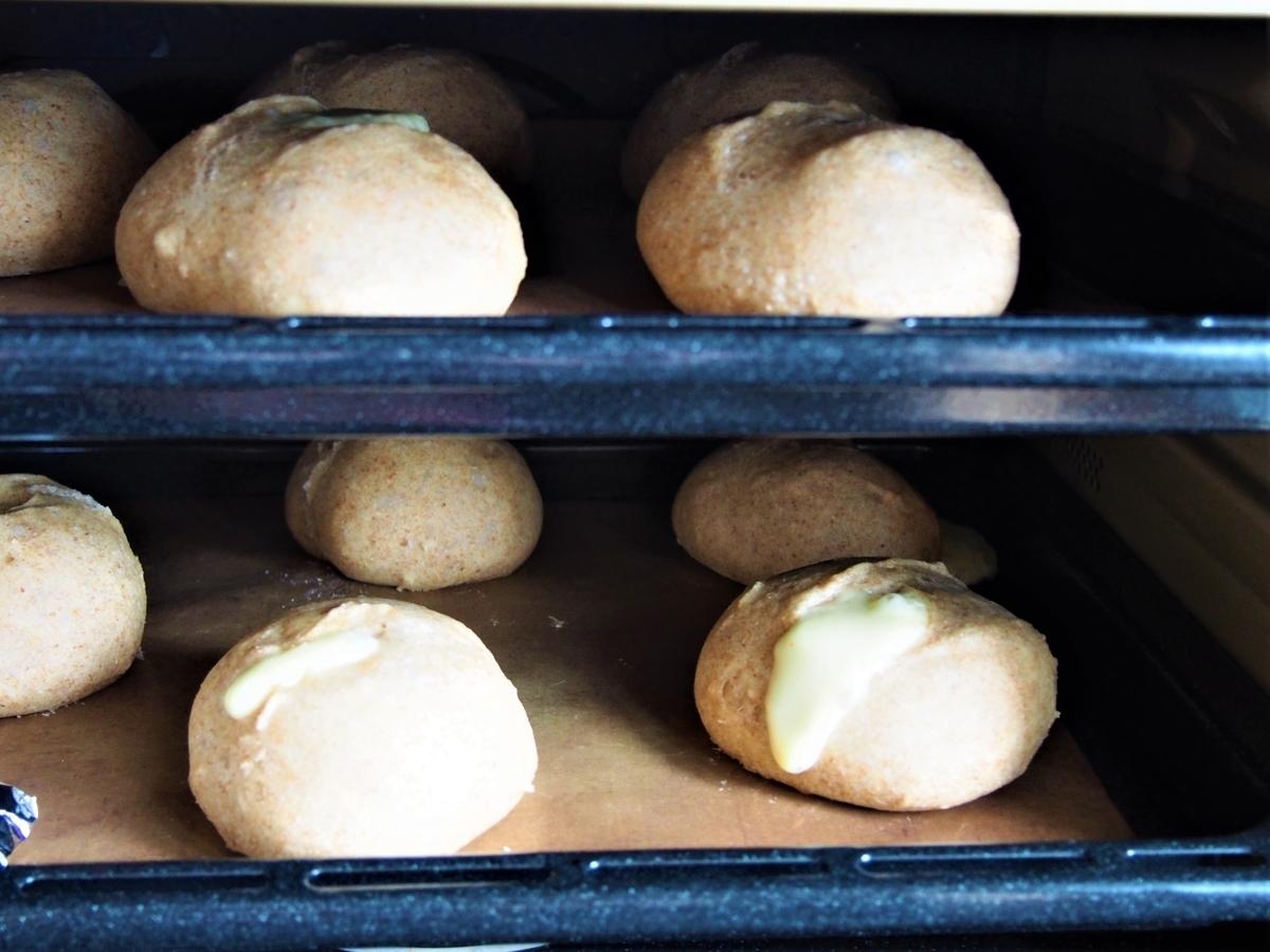 オーブン2段で焼成中のチーズパン